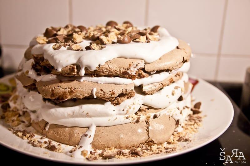 Bolo de chocolate em merengue com natas