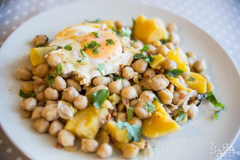 Grão com ovos escalfados e batata doce