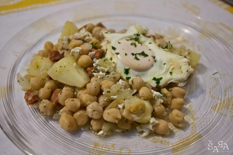 Grão com ovos escalfados