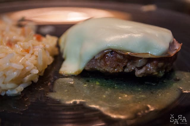 Hamburgers caseiros no forno em cama de mostarda