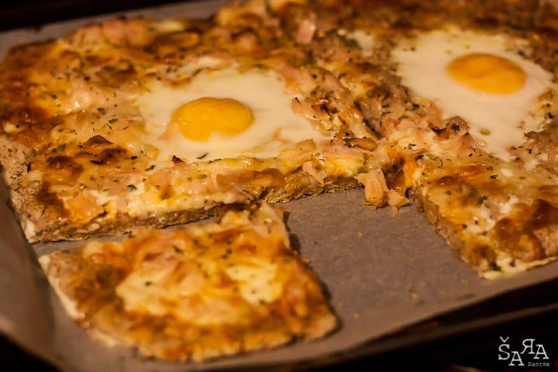 Pizza de atum caseira com massa integral