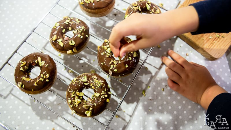 Cobertura de chocolate nos donuts